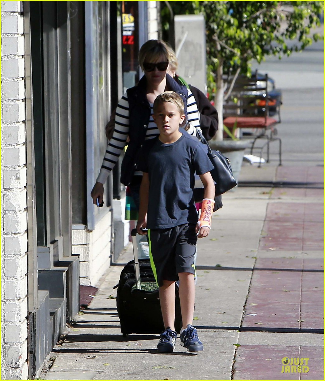 reese witherspoon food take out with deacon 13