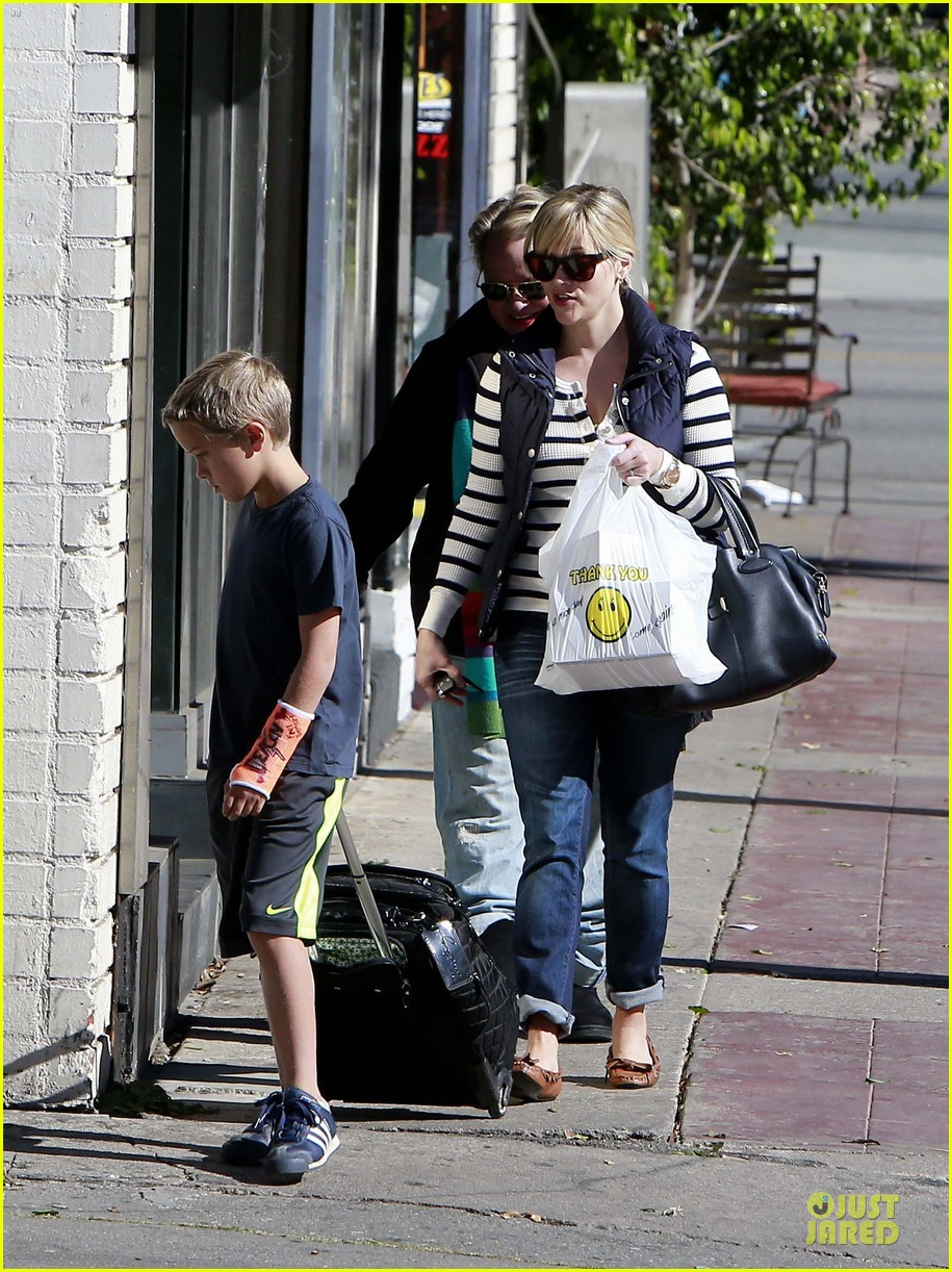 reese witherspoon food take out with deacon 152755525