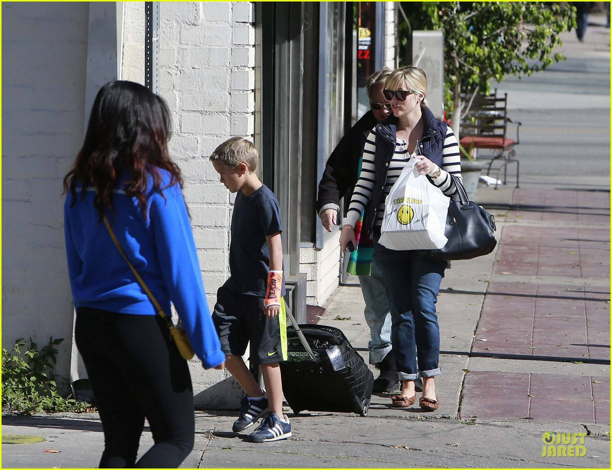 reese witherspoon food take out with deacon 162755526