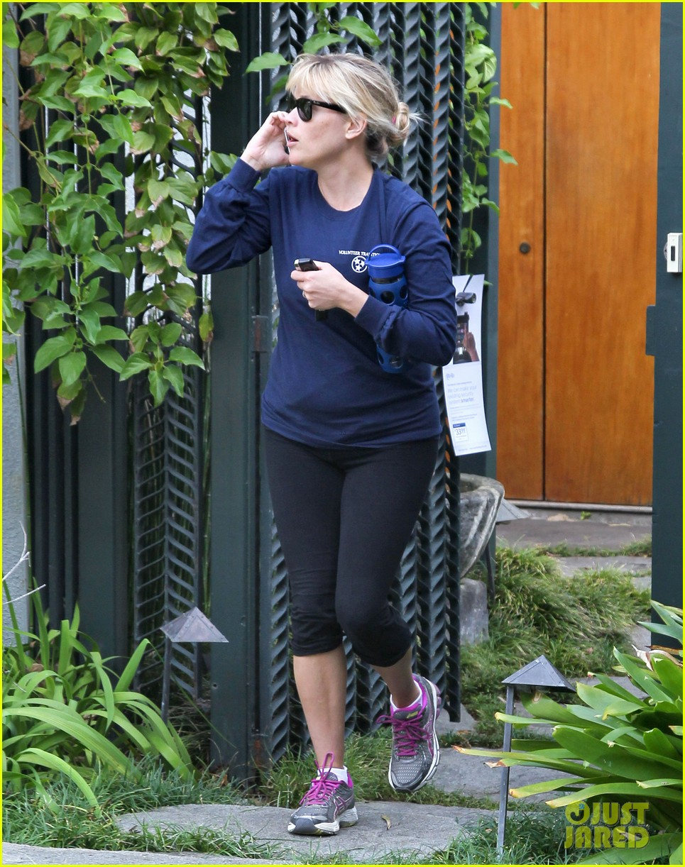 reese witherspoon visits hubby jim toth at the office 13
