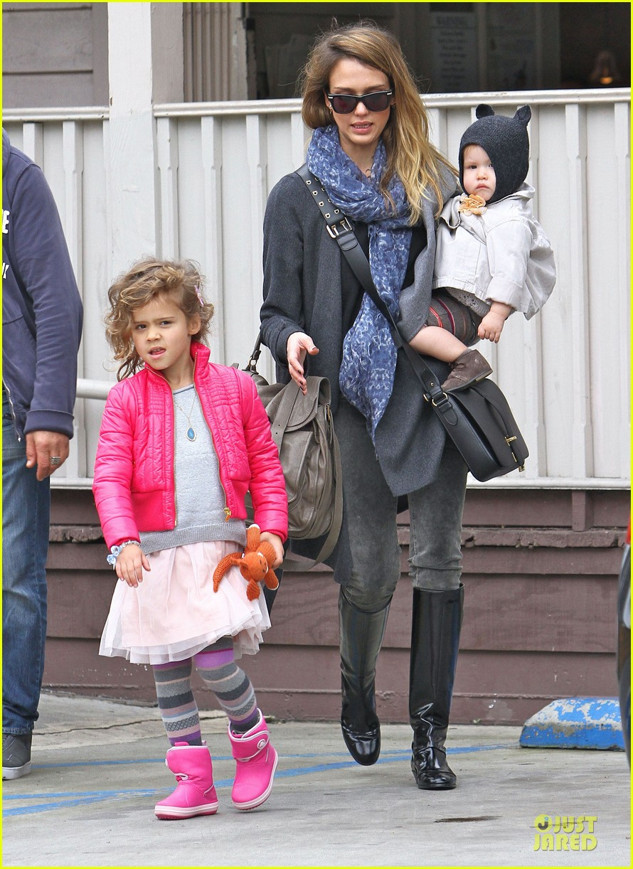 jessica alba tavern lunch with the kids 13