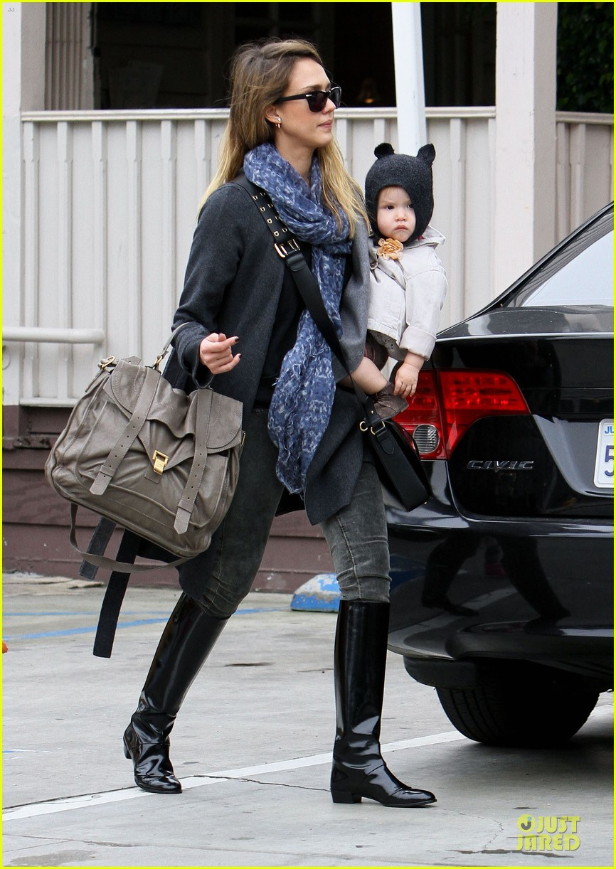 jessica alba tavern lunch with the kids 15