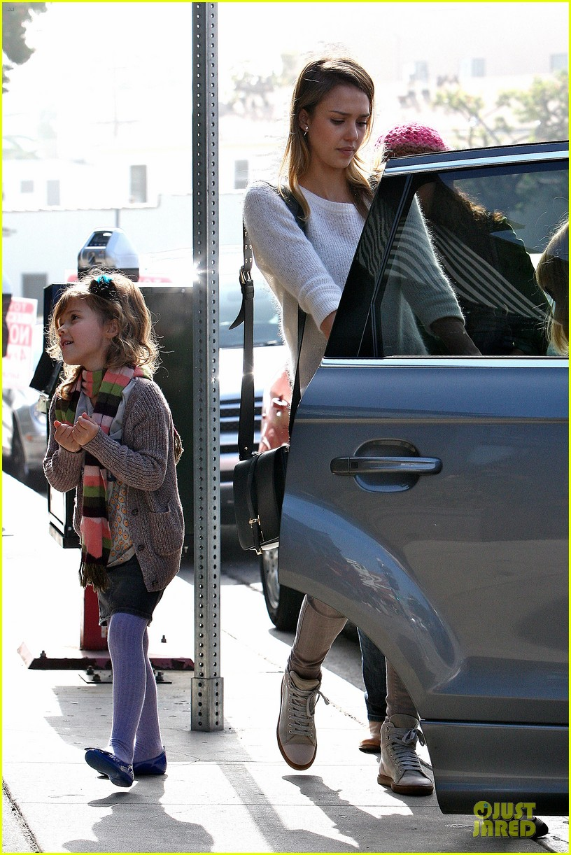 jessica alba tavern lunch with the kids 19