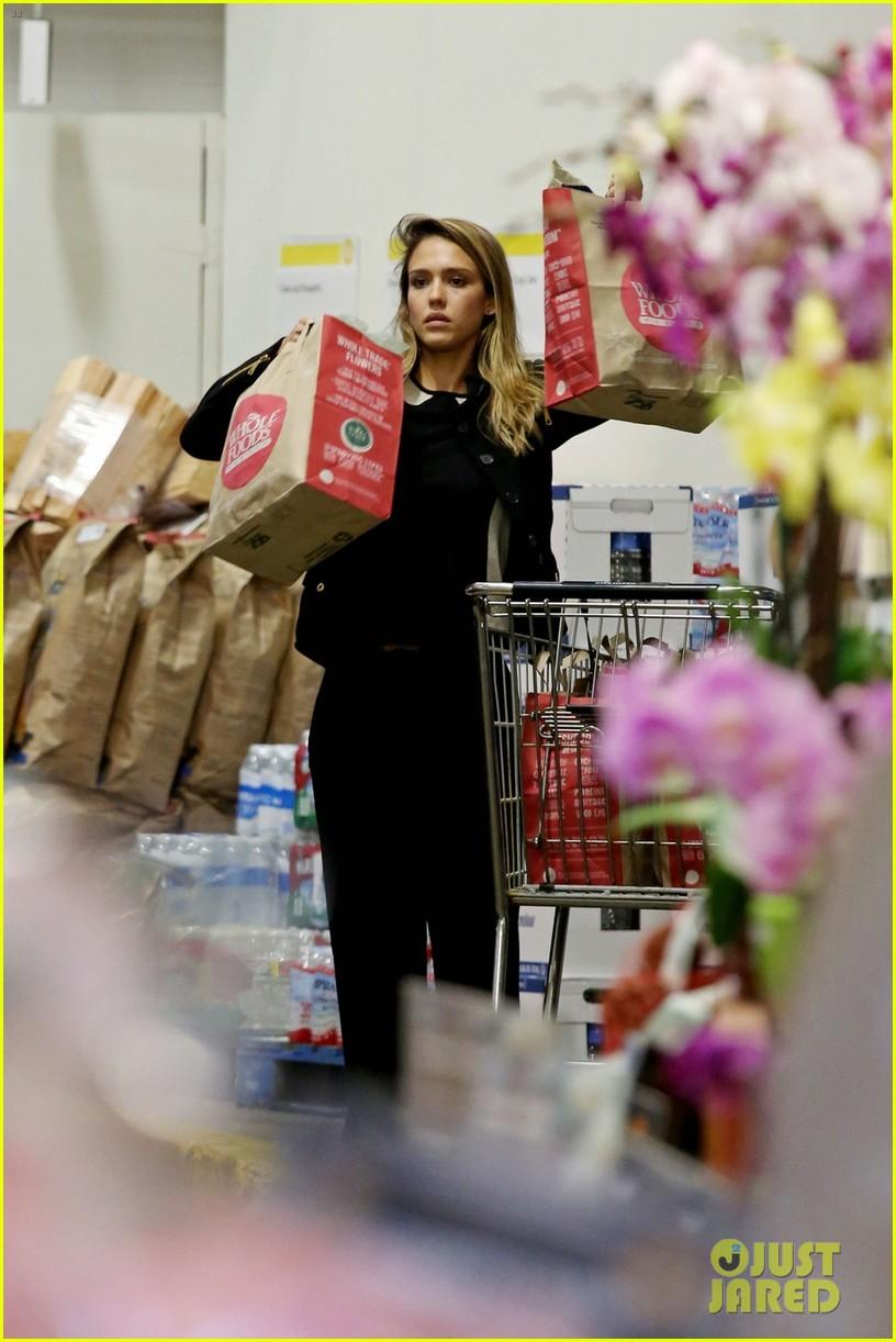 jessica alba whole foods shopper 032781680