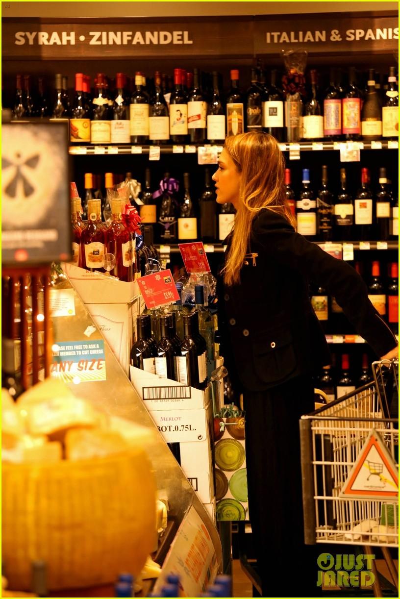jessica alba whole foods shopper 052781682