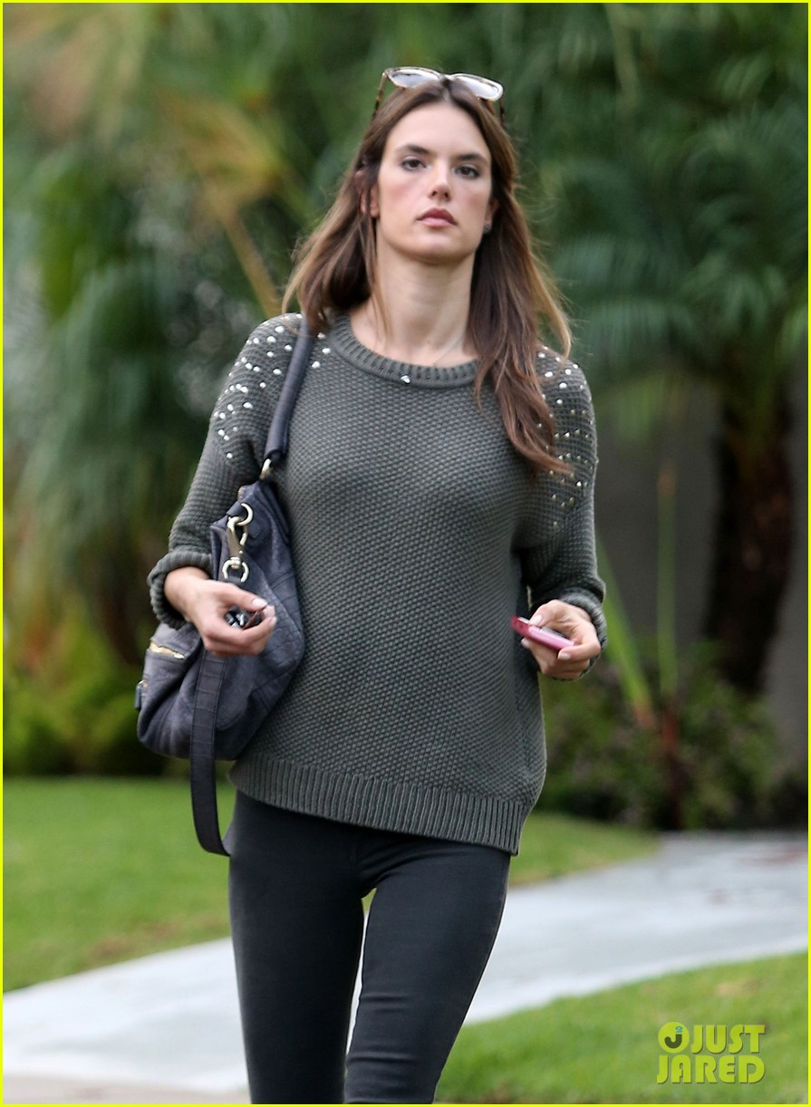 alessandra ambrosio eat healthy during post pregnancy diet 042767410
