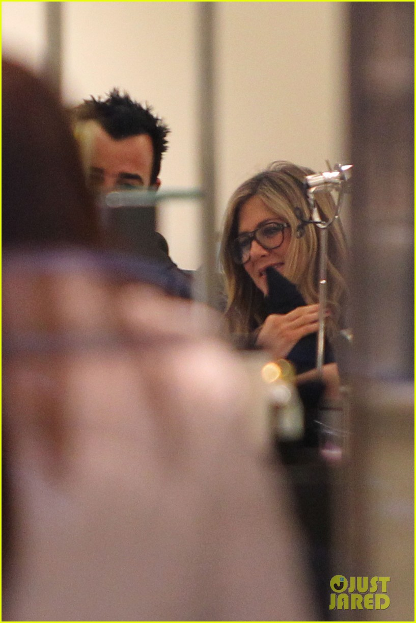 jennifer aniston justin theroux barneys new york shoppers 092772108