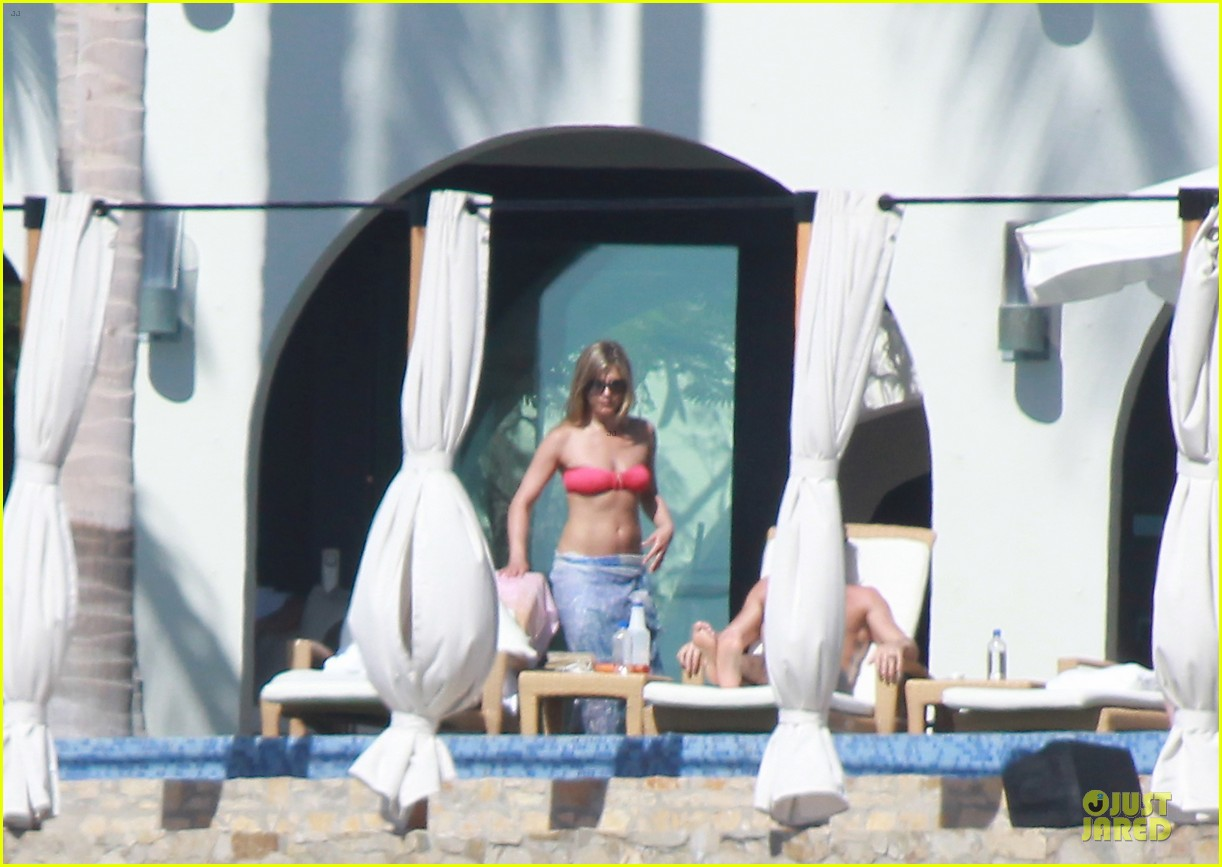 jennifer aniston justin theroux kissing cabo couple 012781895