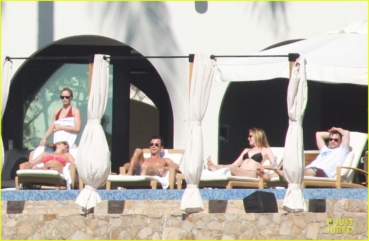 jennifer aniston justin theroux kissing cabo couple 032781897