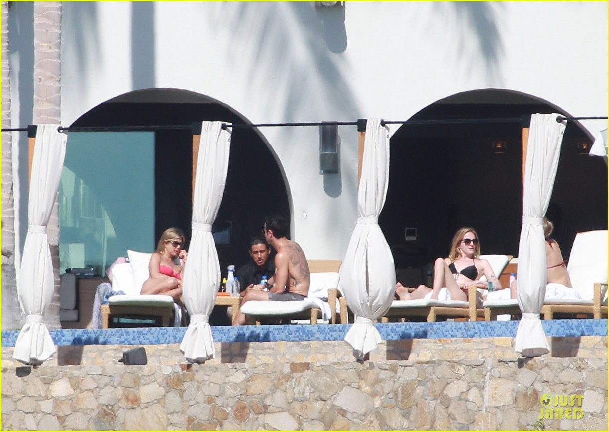 jennifer aniston justin theroux kissing cabo couple 072781901