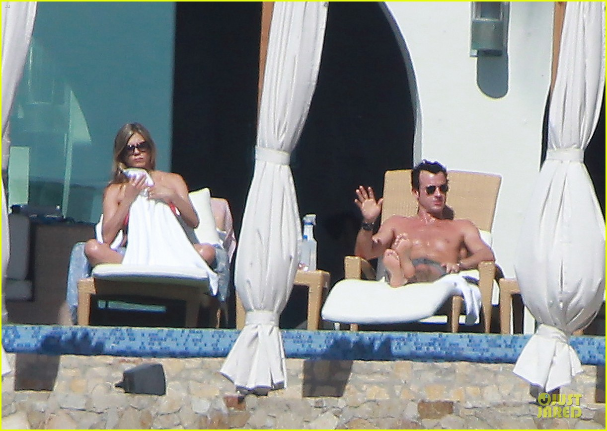 jennifer aniston justin theroux kissing cabo couple 09