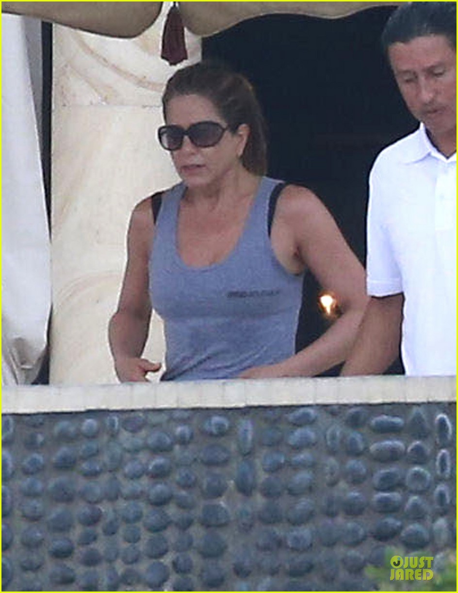 jennifer aniston & justin theroux paddle boarding fun with friends 042782112