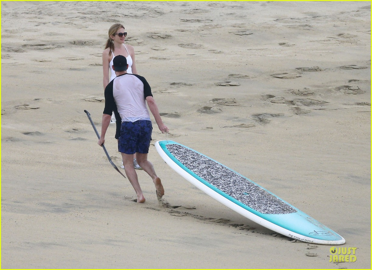 jennifer aniston & justin theroux paddle boarding fun with friends 052782113