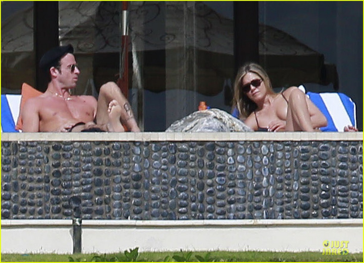 jennifer aniston & justin theroux paddle boarding fun with friends 16