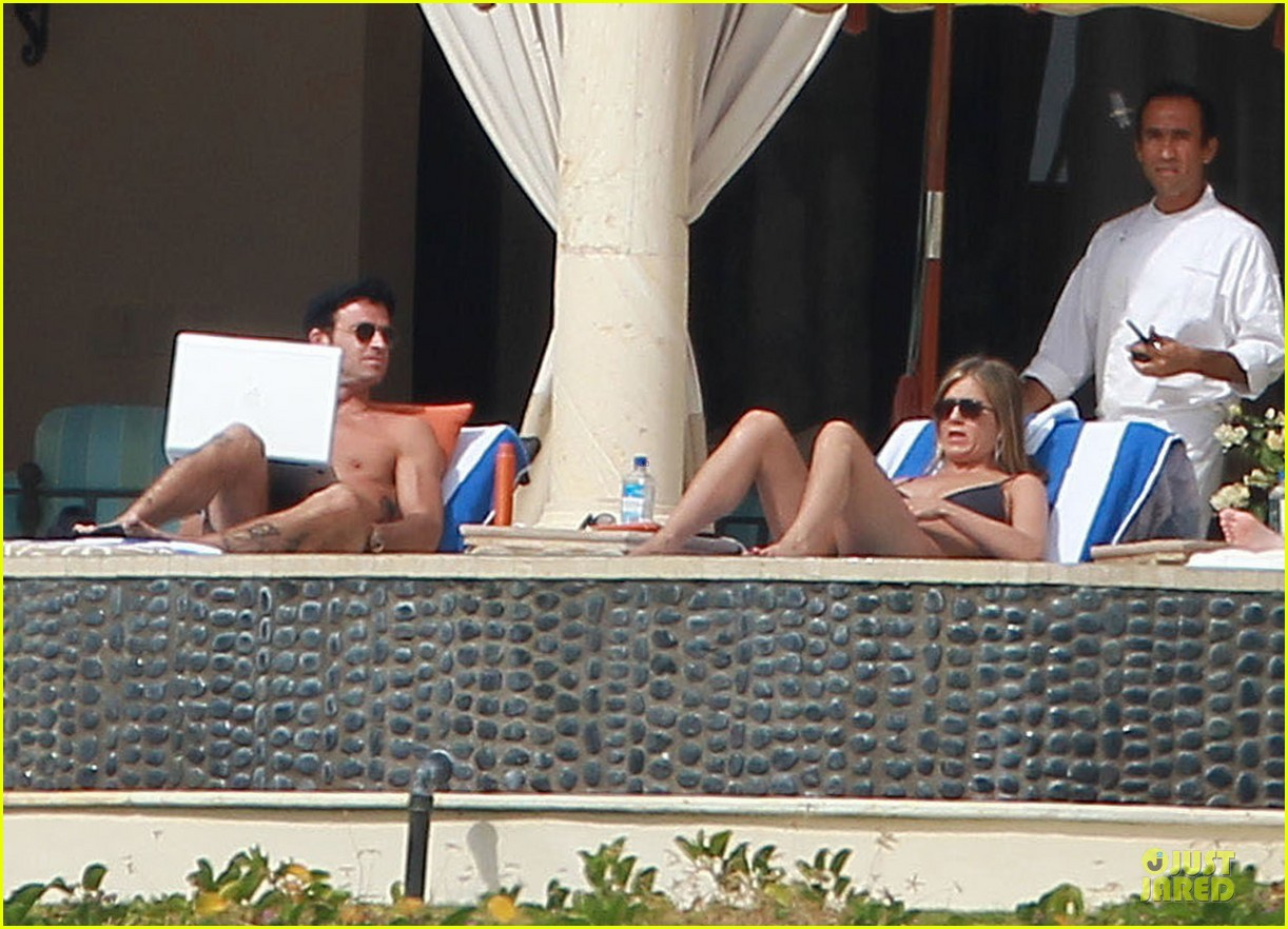 jennifer aniston & justin theroux paddle boarding fun with friends 21