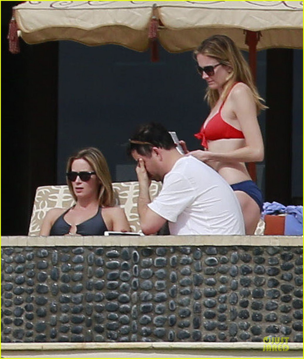 jennifer aniston & justin theroux paddle boarding fun with friends 222782130