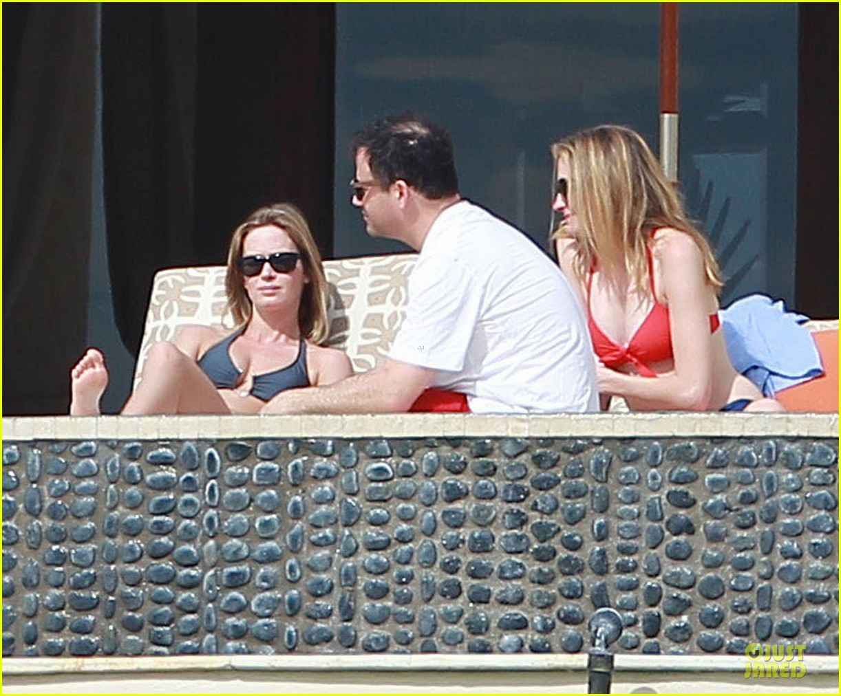 jennifer aniston & justin theroux paddle boarding fun with friends 252782133