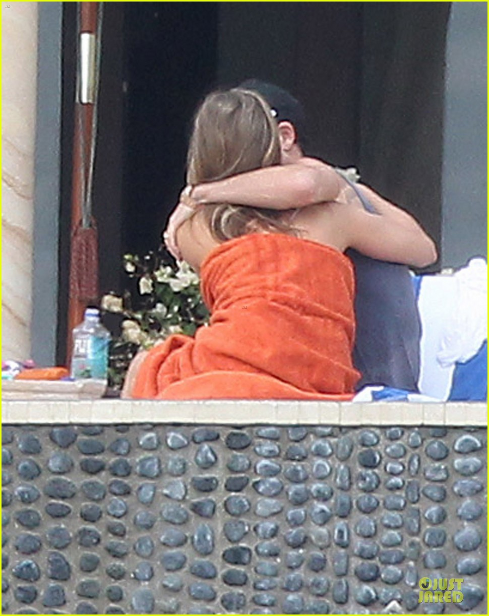 jennifer aniston beach reading with justin theroux 052783056