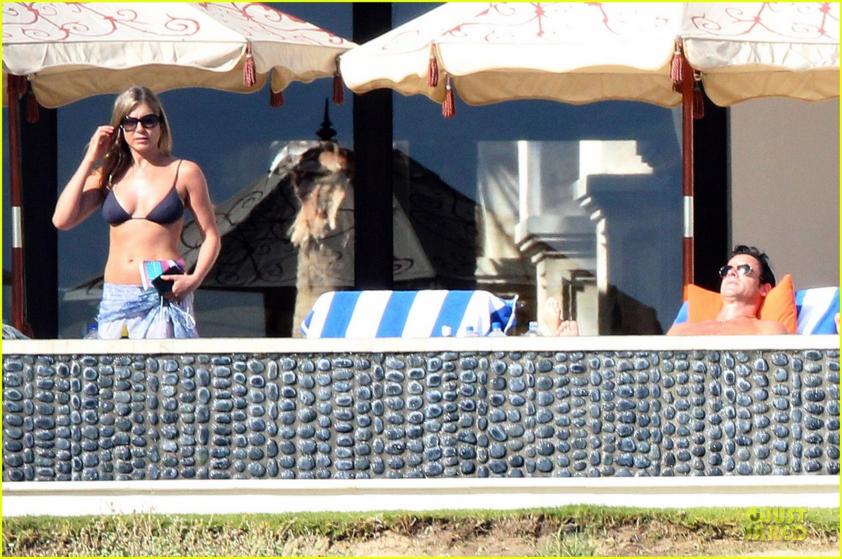 jennifer aniston beach reading with justin theroux 062783057
