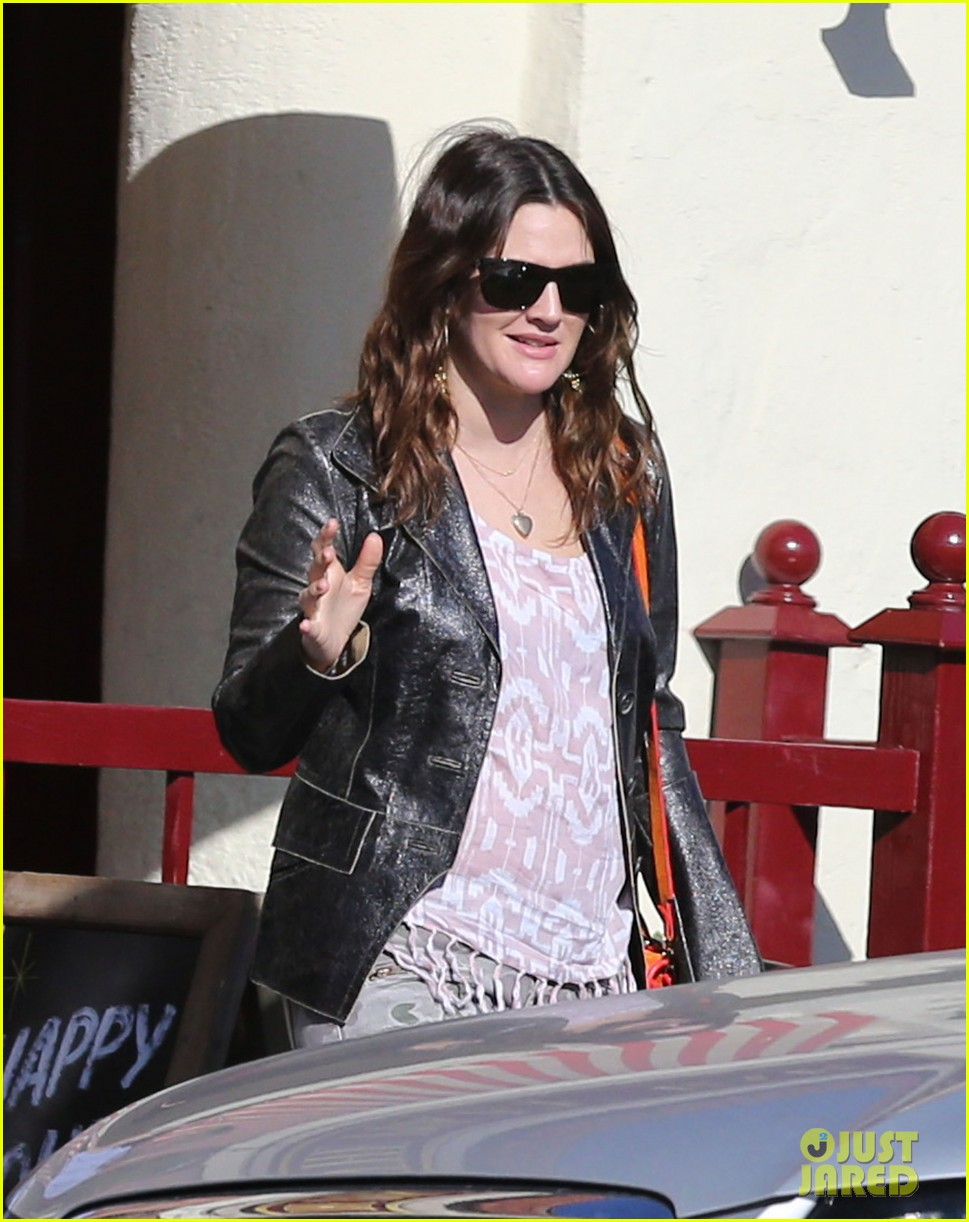drew barrymore laughing at lunch 012773651