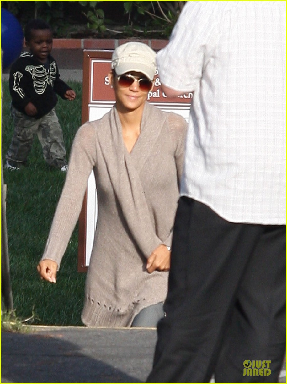 halle berry ex husband eric benet prays for nahla 132769199
