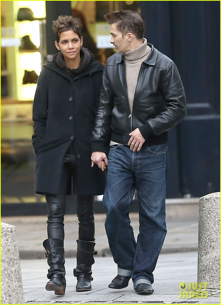 halle berry olivier martinez visit churches in paris 17