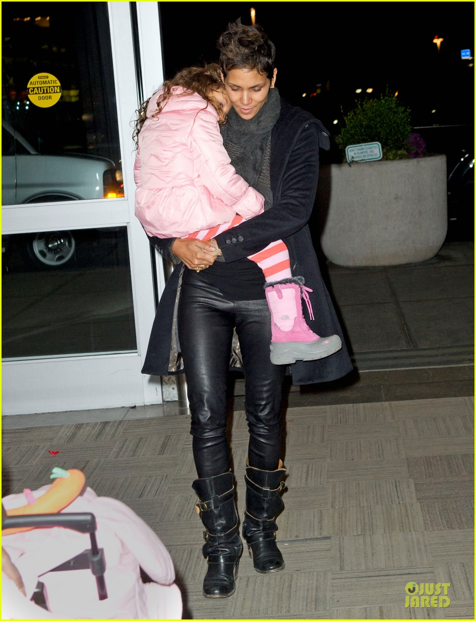 halle berry & nahla post christmas reunion 012782005