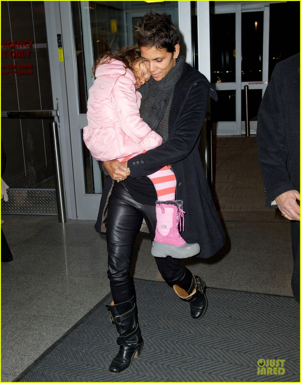 halle berry & nahla post christmas reunion 032782007