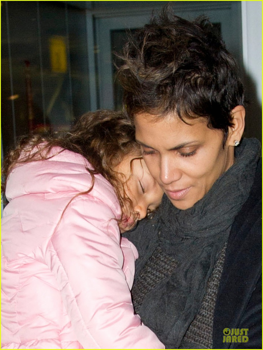 halle berry & nahla post christmas reunion 042782008