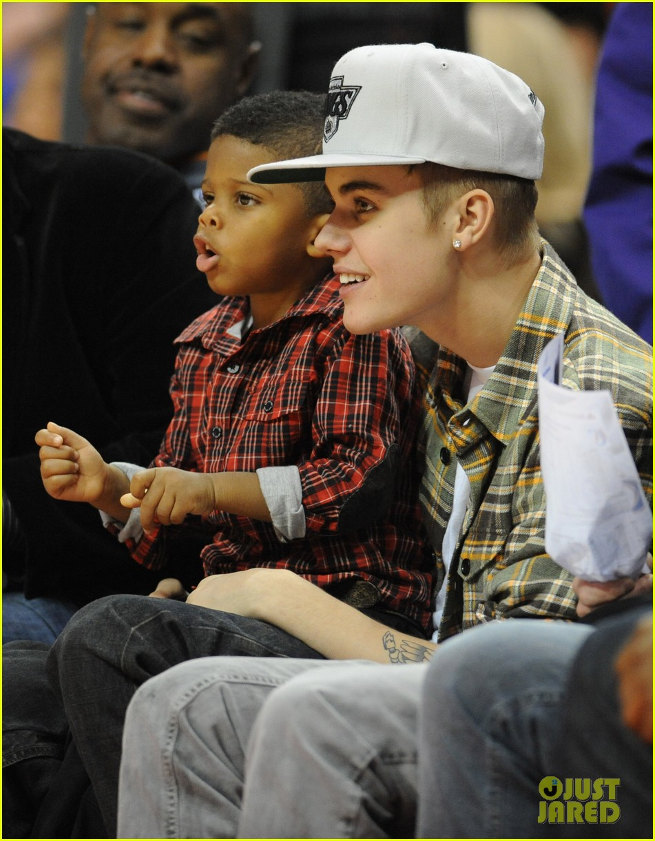 justin bieber cheers on the clippers 03