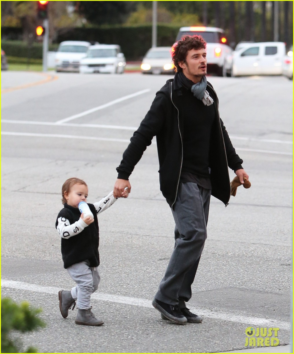 orlando bloom christmas shopping with flynn 032779818