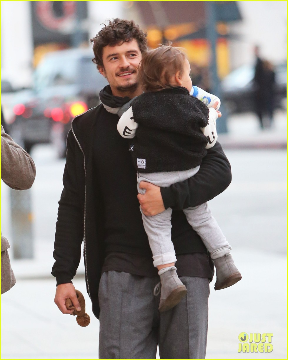 orlando bloom christmas shopping with flynn 042779819