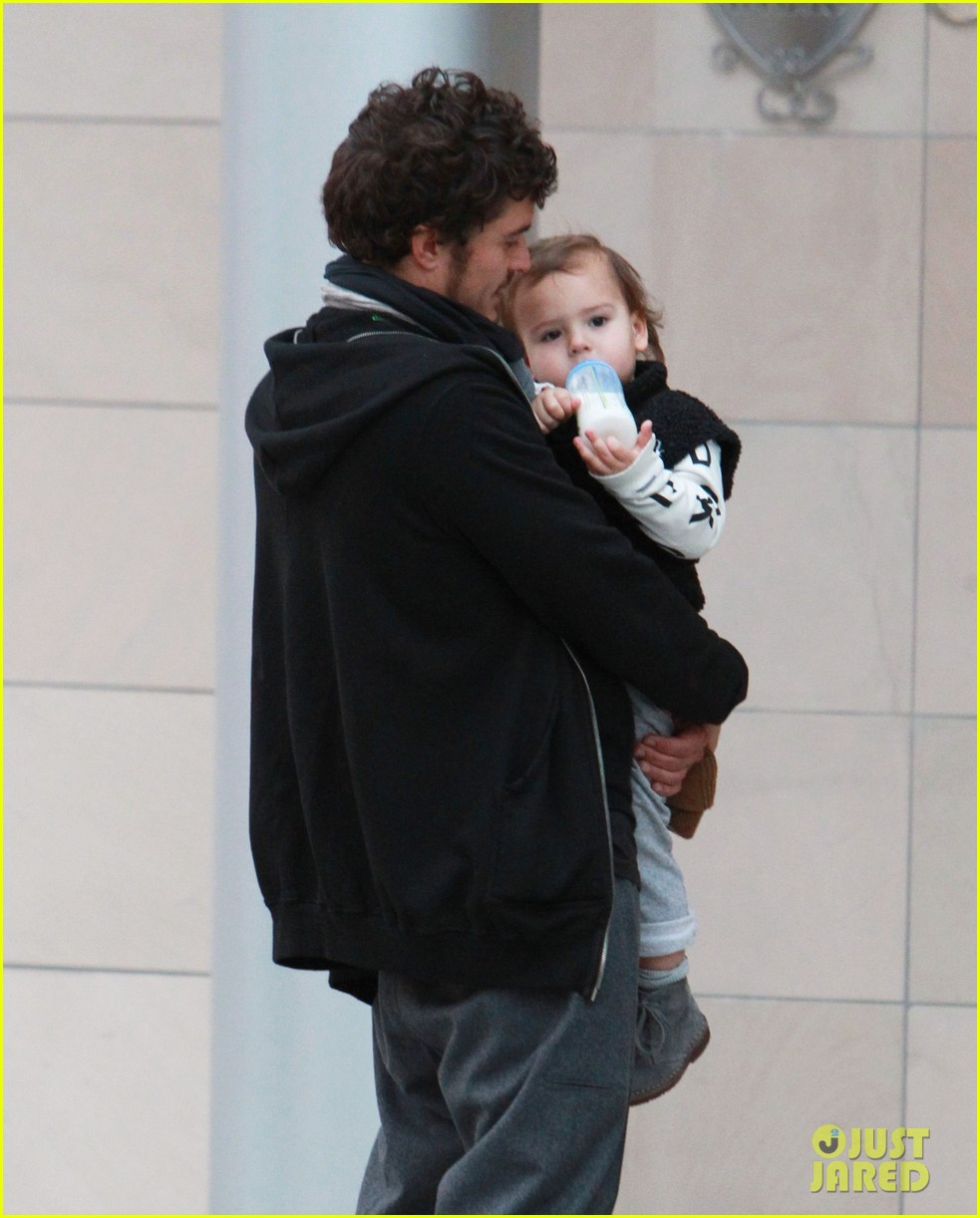 orlando bloom christmas shopping with flynn 06
