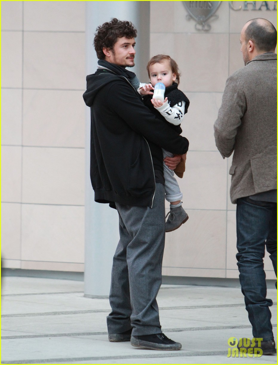 orlando bloom christmas shopping with flynn 082779823