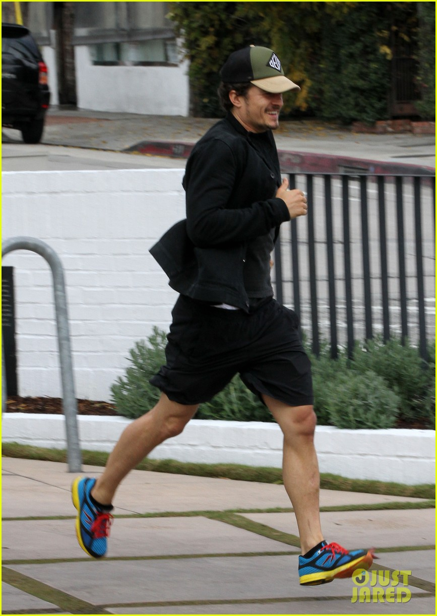 orlando bloom sprints to his car after shopping 012782180
