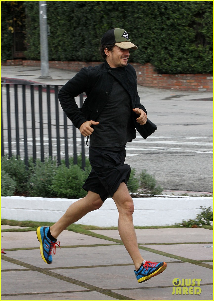 orlando bloom sprints to his car after shopping 052782184