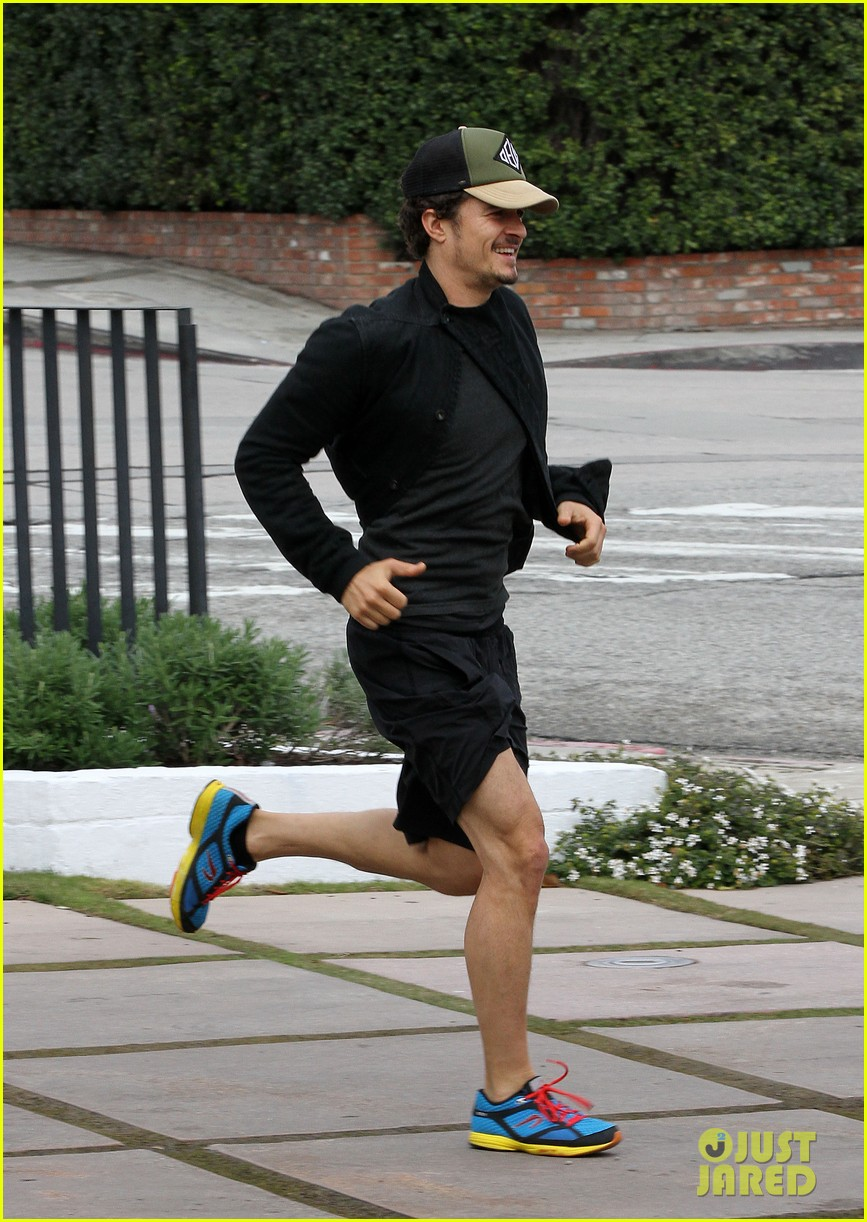 orlando bloom sprints to his car after shopping 082782187