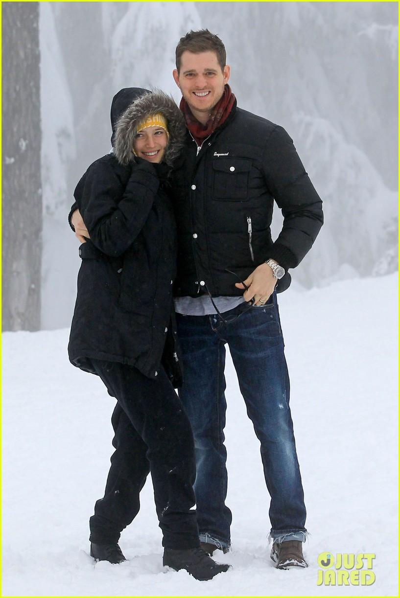 michael buble luisana lopilato snowy sweethearts 01