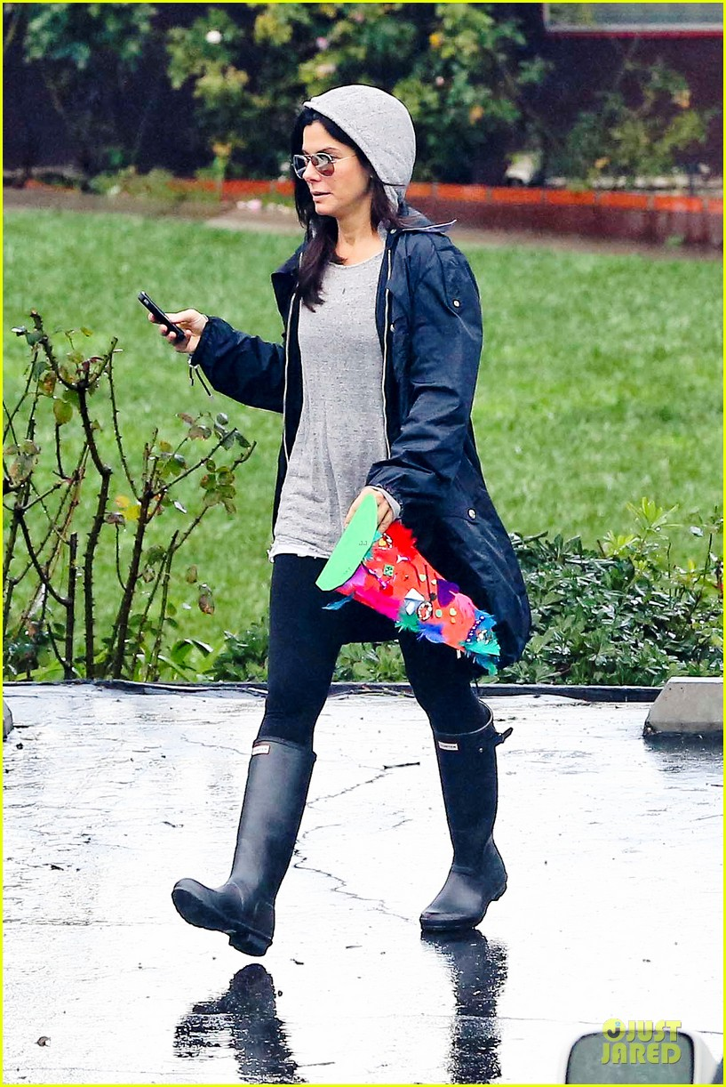 sandra bullock school drop off with rain boots 01