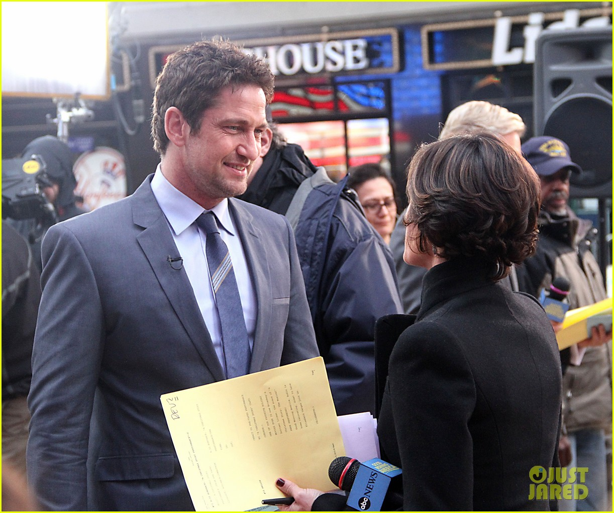 gerard butler promotes playing for keeps on gma 17