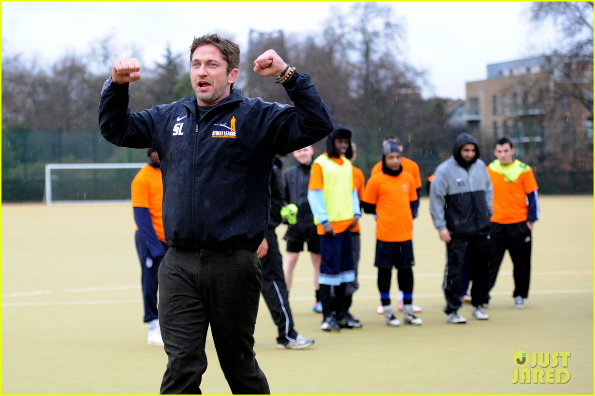 gerard butler street league charity soccer training 04
