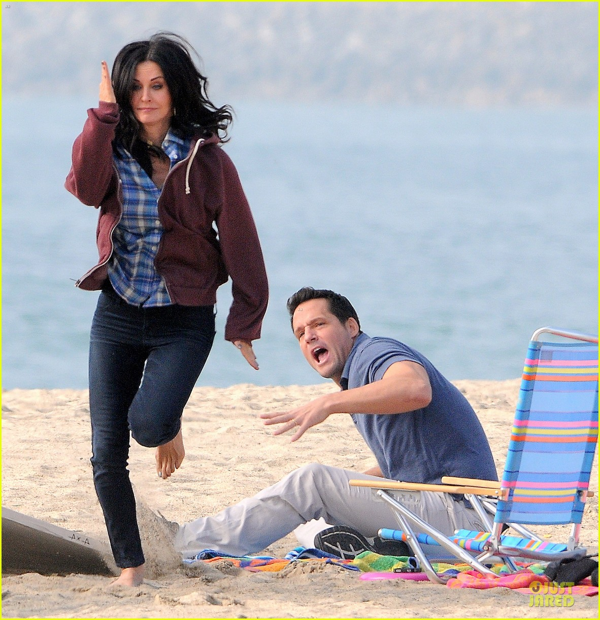 courteney cox cougar town set with josh hopkins 01