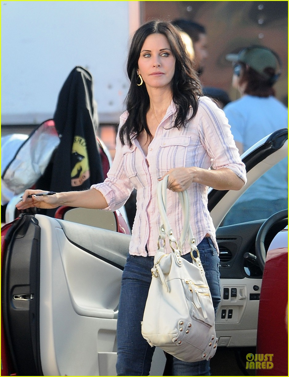 courteney cox cougar town set with josh hopkins 042771578