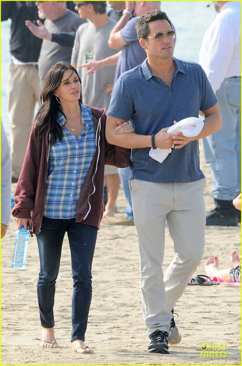 courteney cox cougar town set with josh hopkins 062771580