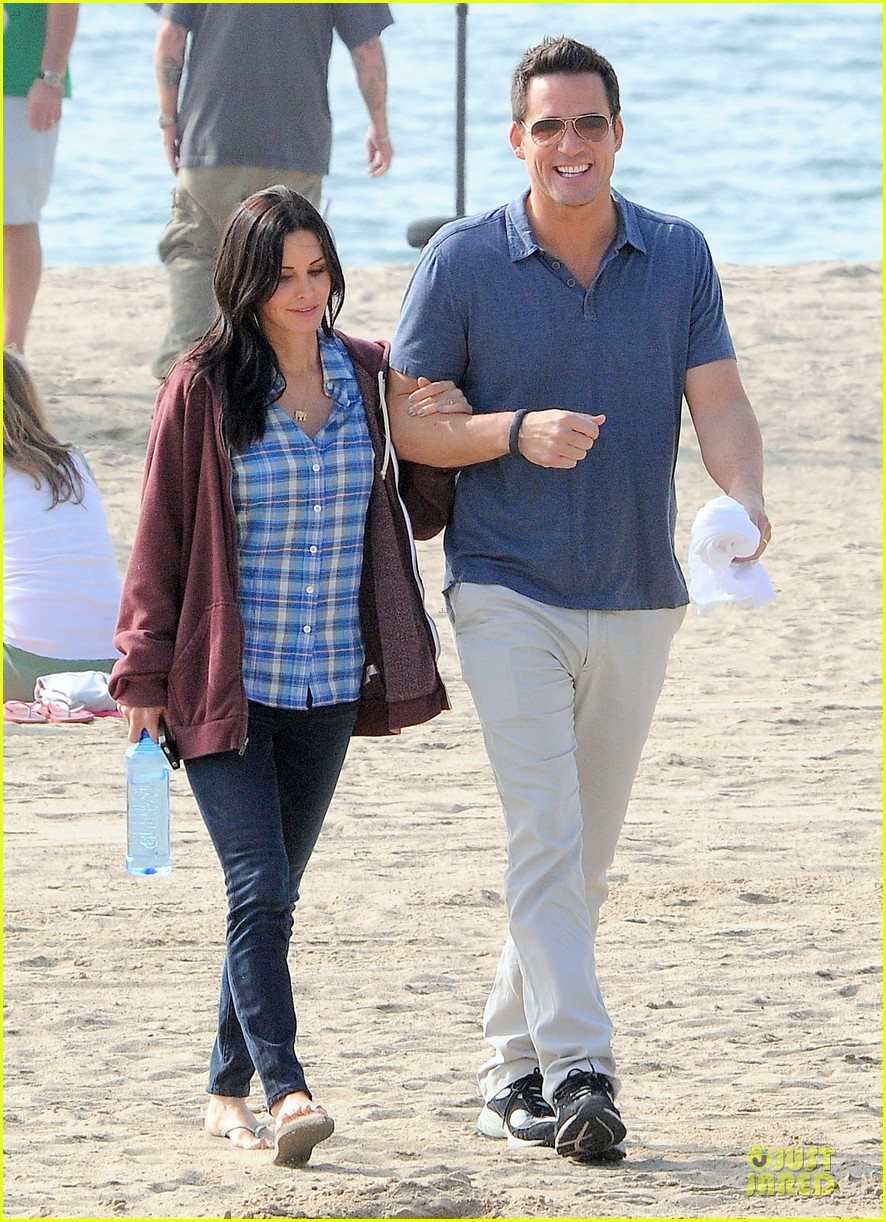 courteney cox cougar town set with josh hopkins 082771582