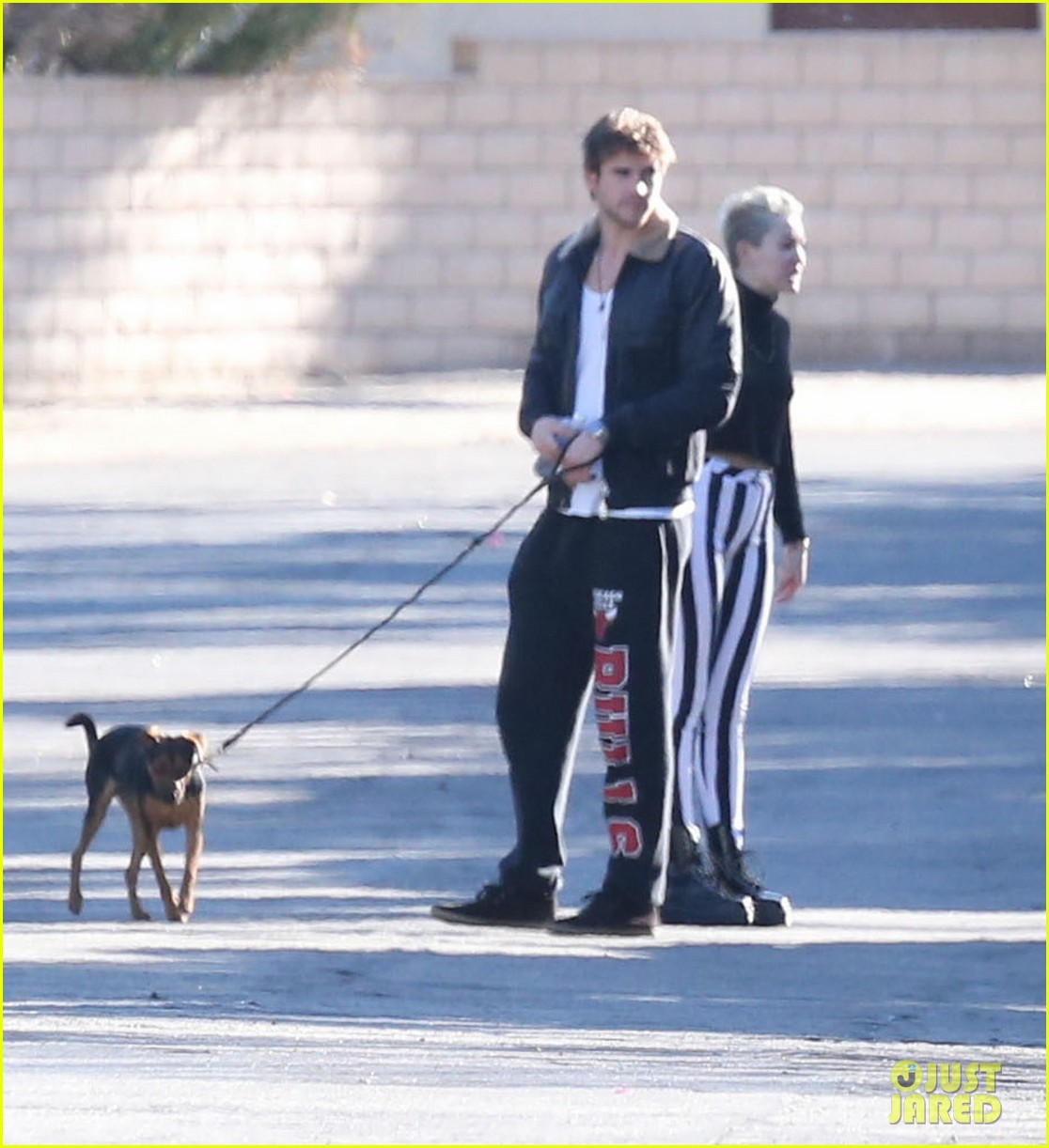 miley cyrus liam hemsworth post christmas family gathering 03