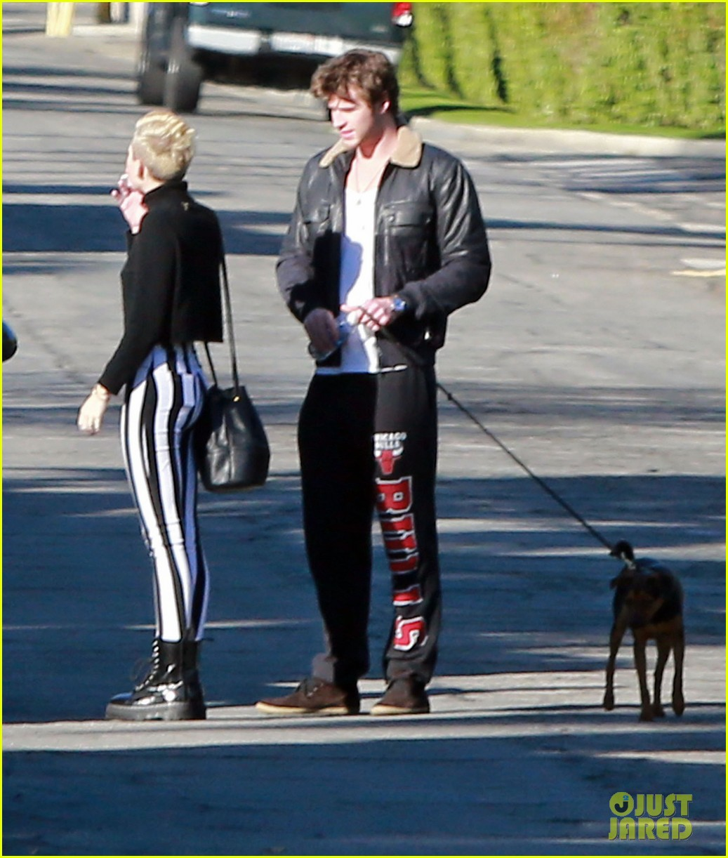 miley cyrus liam hemsworth post christmas family gathering 142781140