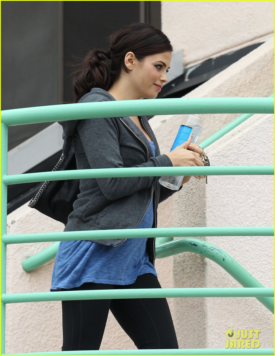 pregnant jenna dewan brings her baby bump to the gym 042777358