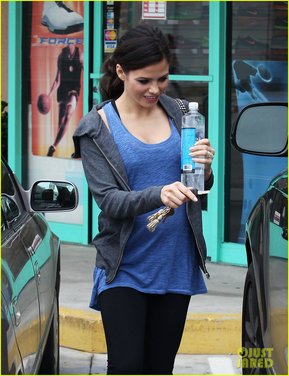 pregnant jenna dewan brings her baby bump to the gym 082777362