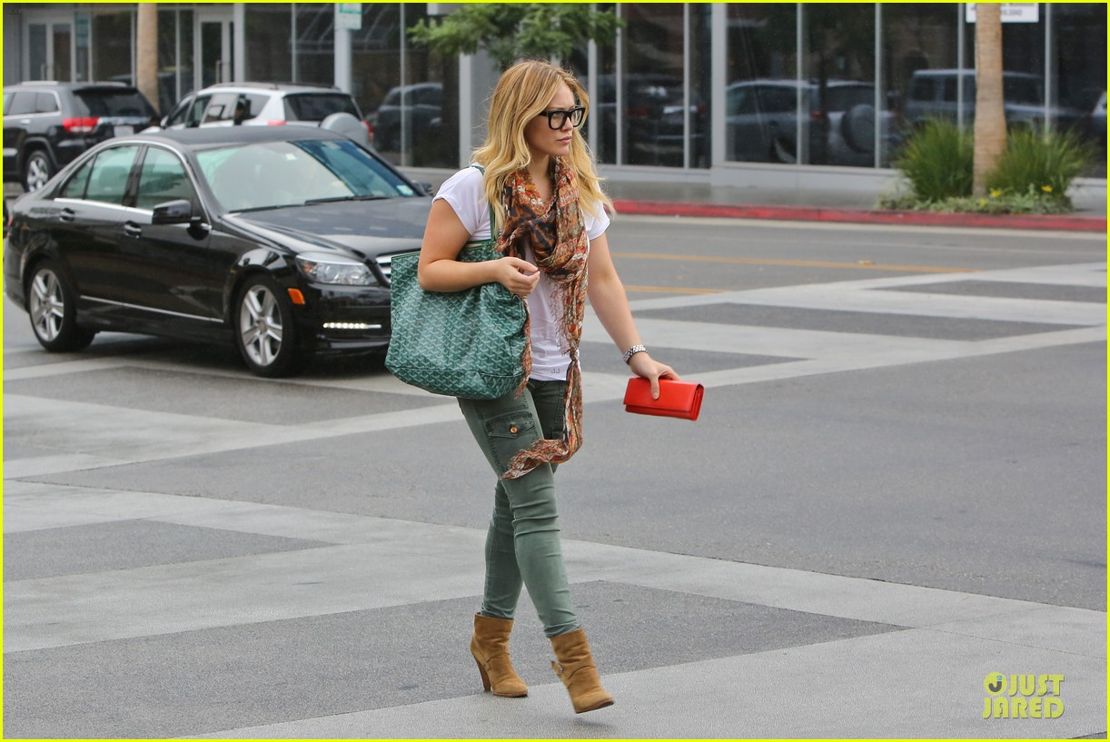 hilary duff sunday holiday shopping 03